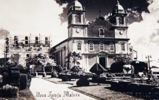 Igreja NS dos Prazeres (Matriz) e construção da Nova Igreja Matriz, em 1947. (Acervo MIS-I – Museu da Imagem e do Som de Itapetininga).